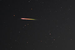 Meteoro de Perseid no céu noturno Imagem de Stock