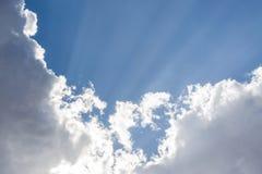 Meteorologie, de Zomerhemel met blauwe kleuren en zeer zuiver wit CLO stock foto's