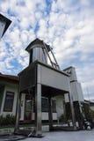 Meteorologihjälpmedel under den ljusa blåa himlen och altocumulusmolnen royaltyfri foto