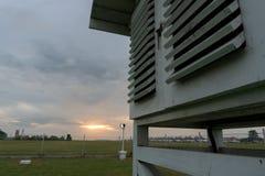 Meteorologische kooi onder de grijze bewolkte hemel stock afbeeldingen