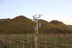 Meteorologische post bij druivenkas Stock Foto