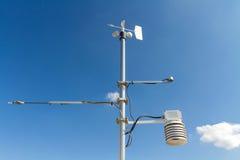 Meteorologisches Instrument des Anemometers, der Temperatur und der Feuchtigkeit auf dem Pfosten Lizenzfreie Stockbilder
