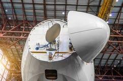 Meteorologisches Radar des Dopplers unter der Nase der Flugzeuge vom Cockpit lizenzfreies stockbild