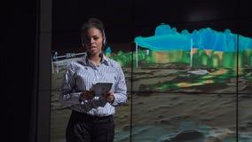 Meteorologista profissional que fala sobre a natureza do furacão Foto de Stock Royalty Free