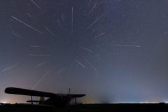 Meteorregn fallande stjärnor Stjärnklar natt för meteorregn Perseid meteorregn Verklig natthimmel, stjärnklar natt ljus förorenin Royaltyfria Bilder