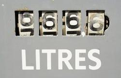 Meter bij de oude benzinepomp Stock Afbeeldingen