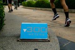 300 Meter blaue laufende Zeichen stockfotografie