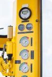 Meter eller mått i krankabinen för maximal påfyllning för mått, motorhastighet, hydrauliskt tryck, temperatur och bränslenivå Royaltyfria Bilder