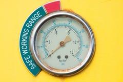 Meter eller mått i krankabinen för maximal påfyllning för mått, motorhastighet, hydrauliskt tryck, temperatur och bränslenivå Arkivbild