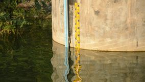 Meter för vattennivå på cementväggen för flodvarning i den Wang Bon behållaren Thailand lager videofilmer