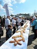 51 meter lång kaka, Klaipeda regionrekord, Litauen Royaltyfri Bild