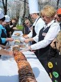 51 meter lång kaka, Klaipeda regionrekord, Litauen Royaltyfri Fotografi