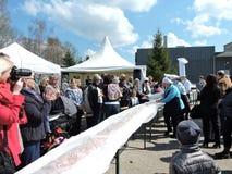 51 meter lång kaka, Klaipeda regionrekord, Litauen Fotografering för Bildbyråer
