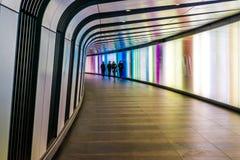 90-Meter-langer gebogener Fußtunnel Stockfotos