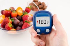 Meter met de waarschuwende test van het glucoseniveau. Stock Foto