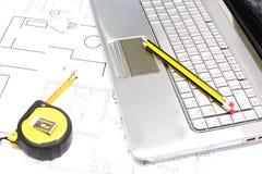 Meter och bärbar dator Fotografering för Bildbyråer