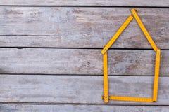 Meterregel die in vorm van een huis wordt gevouwen stock afbeelding