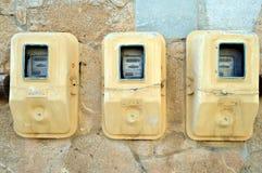 Meters elektrisch op een voorgevel Stock Foto