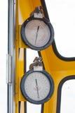 Meters of maat in kraancabine voor maatregelen Maximumlading, Motorsnelheid, Hydraulische druk, Temperatuur en brandstofniveau Stock Foto