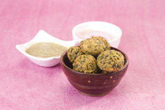 Methi Pakora con salsa piccante verde fotografie stock