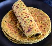 Methi Paratha oder Theple, indisches Frühstück lizenzfreie stockbilder