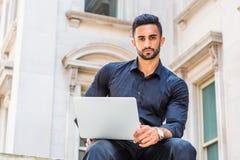Methode zum Erfolg Junger ostindischer amerikanischer Geschäftsmann mit Bären lizenzfreie stockfotografie