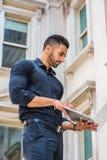 Methode zum Erfolg Junger ostindischer amerikanischer Geschäftsmann mit Bären lizenzfreie stockbilder