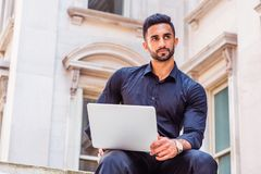 Methode zum Erfolg Junger ostindischer amerikanischer Geschäftsmann mit Bären lizenzfreie stockfotos