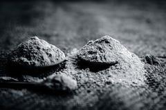 Metiista漂白土黏土,Mulpani mitti/漂白土/multani mitti在粗麻布袋子 库存照片