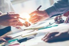 Meting för lag Ny produktdiskussion Digital och skrivbordsarbete på tabellen Fotografering för Bildbyråer