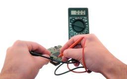 Meting met een elektronische multimeter stock foto