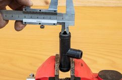 Meting van T-stukdiameter die beugels gebruiken stock afbeelding