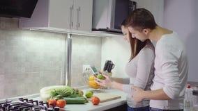 Meting voor de inhoud van nitraten in citroen stock videobeelden