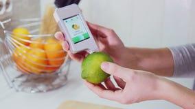 Meting voor de inhoud van nitraten in citroen stock footage