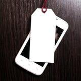 Metka z telefonem komórkowym na drewnianym tle pusta etykiety Fotografia Stock