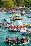 观看传统小船马拉松的开始的数千观众在Metkovic,克罗地亚 免版税库存照片