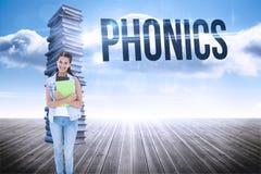 Metodo di insegnamento fonetico contro la pila di libri contro il cielo Fotografia Stock