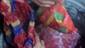 Metodo primitivo grezzo tradizionale di Bignay di vino domestico che elabora schiacciando frutta con rete video d archivio