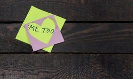 Metoo Mitteilung geschrieben auf rosa Herzpapier auf hölzernem Hintergrund lizenzfreies stockbild