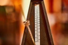 Metrónomo clásico viejo imagen de archivo libre de regalías
