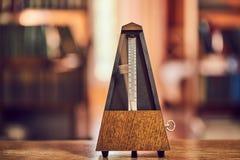 Metrónomo clásico viejo Imágenes de archivo libres de regalías
