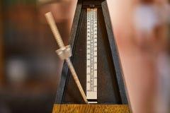 Metrónomo clásico viejo fotos de archivo