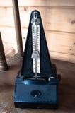 Metrónomo retro en fondo de madera del vintage Imágenes de archivo libres de regalías