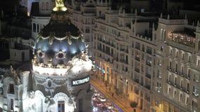 Metrópole e tráfego rodoviário de Edificio no Madri da noite, Espanha vídeos de arquivo