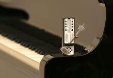 Metrônomo em um piano imagem de stock royalty free