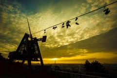 Metrônomo de Praga, sapatas em um fio no nascer do sol romântico Imagens de Stock