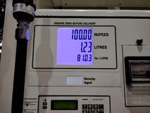 Metr pokazuje tempo benzyna przy dystrybutor paliwowa w India zdjęcie stock