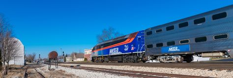 Metra市郊火车在Mokena到达 图库摄影