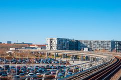 Metra linia, miejsca parkingowe i budynek mieszkalny, obraz stock
