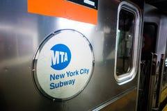 Metra metra logo podczas popołudnia w Manhattan Obrazy Stock